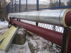 На фото - теплоизоляция труб отопления на улице, vsetrybu.ru