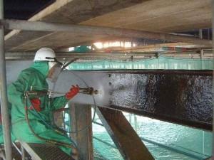 На фото - гидроструйная очистка металлоконструкций, alpdnepr.com.ua