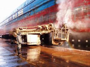 На фото - гидроструйная очистка корабля, ssrz.ru
