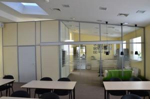 На фото - офисные перегородки из алюминиевого П-образного швеллера, glass-area.ru
