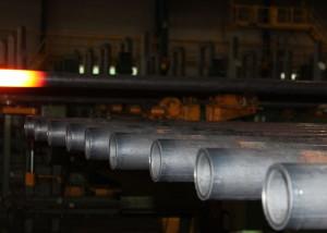 На фото - изготовление бурильных труб, fedpress.ru