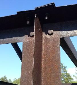 Фото равнополочных уголков из черного металла для монтажа конструкций, angara.net