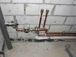 На фото - медные водопроводные трубы в жилом доме, vantus.org.ua