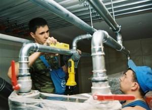 На фото - монтаж водогазопроводных стальных конструкций, o-trubah.ru