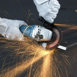 Фото процесса резки шлифмашинкой Makita GA5030, gopixpic.com