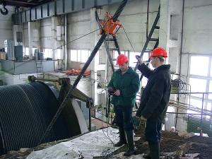 На фото - проведение контроля стального каната, intron-plus.com