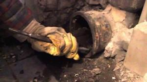 Как отремонтировать канализационную трубу, которая подтекает? фото