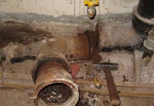 Сложный ремонт чугунных труб канализации