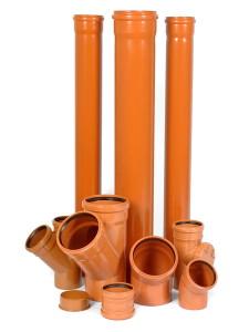 На фото - поливинилхлоридные трубы для внешней канализации, montazhnik02.ru