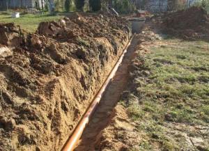 На фото - технология прокладки канализационных труб, kanalizaciya-prosto.ru