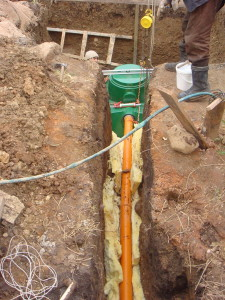 На фото - утепление труб канализации, kanalizaciyadoma.ru