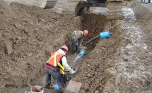 На фото - проведение ремонта трубопровода канализации, parthenon-house.ru