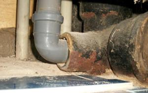 Врезка в чугунную канализационную трубу фото