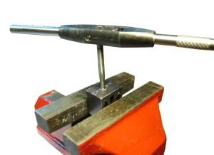 Фото нарезания резьбы метчиком, licrym.org