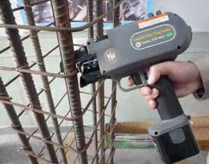 На фото - применение пистолета для вязки арматуры, tehnoint23.ru