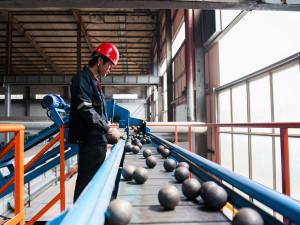 На фото - контроль качества мелющих шаров, hzgrindingball.ru