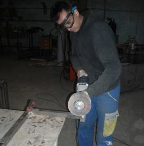 На фото - шлифовка алюминиевой детали перед сваркой, steel-design.kiev.ua