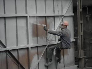 На фото - операция холодного цинкования металла, sashkol.dp.ua