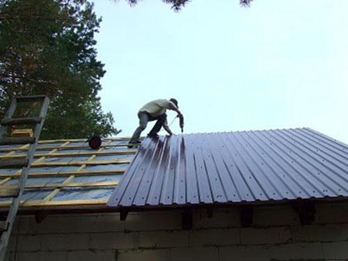 Как накрыть крышу металлопрофилем своими руками