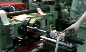 Фото резьбонакатного станка с цилиндрическими роликами, youtube.com