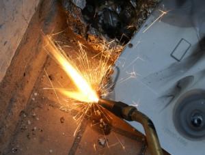 Поджигание резака и нагревание металла