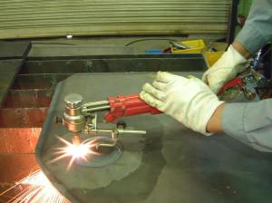 На фото - ручная прямолинейная газовая резка, koike-europe.com