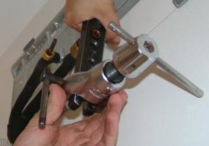 На фото - операция вальцевания трубок, stroisam-dom.ru