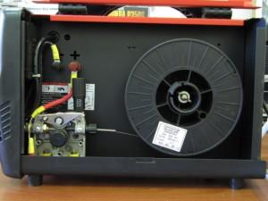 На фото - устройство подачи проволоки в сварочном инверторе-полуавтомате, vgaraje.su