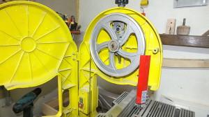 На фото - направляющее колесо пильной ленты станка Корвет, youtube.com