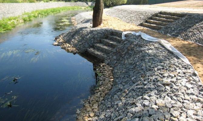 На фото - габионные системы для защиты речных берегов от размывов