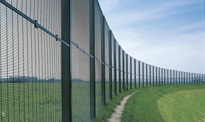 Надежная ограда из сварной сетки с антикоррозионной защитой
