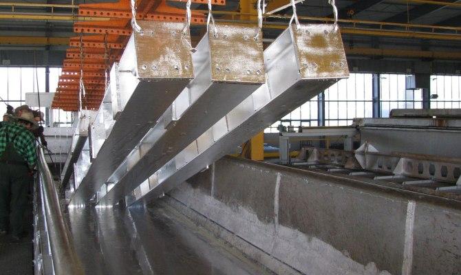 Погружение материалов в расплавленный цинк