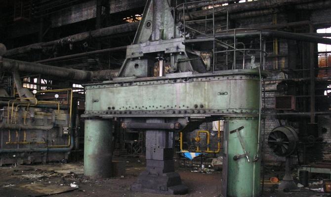 Паровоздушный молот в штамповочном цехе