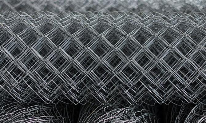 Сетка-рабица оцинкованная - экономичный вид строительного материала фото