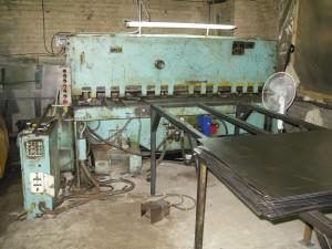 На фото - гильотинные ножницы НК3418 в работе, promportal.su