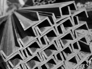 На фото - алюминиевый П-образный швеллер с антикоррозийным покрытием, kvintstroj.ru