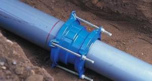 На фото - фланцевый способ соединения канализационных труб, trubinfo.ru