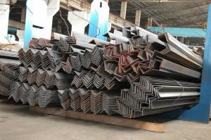 На фото - изготовление горячекатаных стальных уголков, evrazmetall.ru
