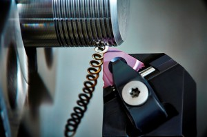 На фото - нарезка наружной резьбы резцом, secotools.com