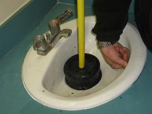 Фото прочистки канализации вантузом, protivklopov.ru