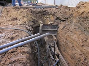 На фото - укладка канализационных труб методом горизонтального прокола, dvn-stroy.ru