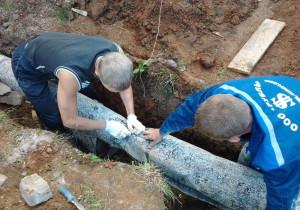 На фото - утепление наружной канализации минеральной ватой, vopole.ru