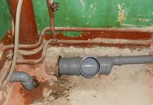 Врезка в канализационную трубу с помощью тройника