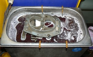На фото - обработка алюминия в щелочной ванне, uzo.matrixplus.ru
