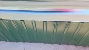 Как выполняется отделка цоколя дома профлистом? фото