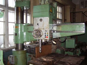 На фото - конструкция радиально-сверлильного станка 2М55, ural-stanok.ru