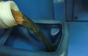 Фото доливки масла в токарный агрегат 1Е61М, youtube.com