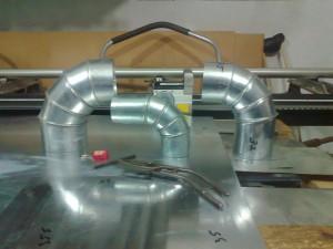 На фото - изготовление деталей воздуховодных систем на зиговочной машине, hobbywork.ru