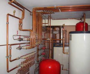 На фото - система отопления из медных труб, otoplenie-gid.ru