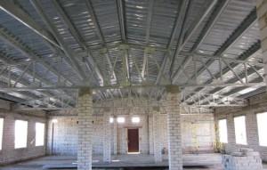 На фото - применение гнутого швеллера в строительстве, гараж.in.ua